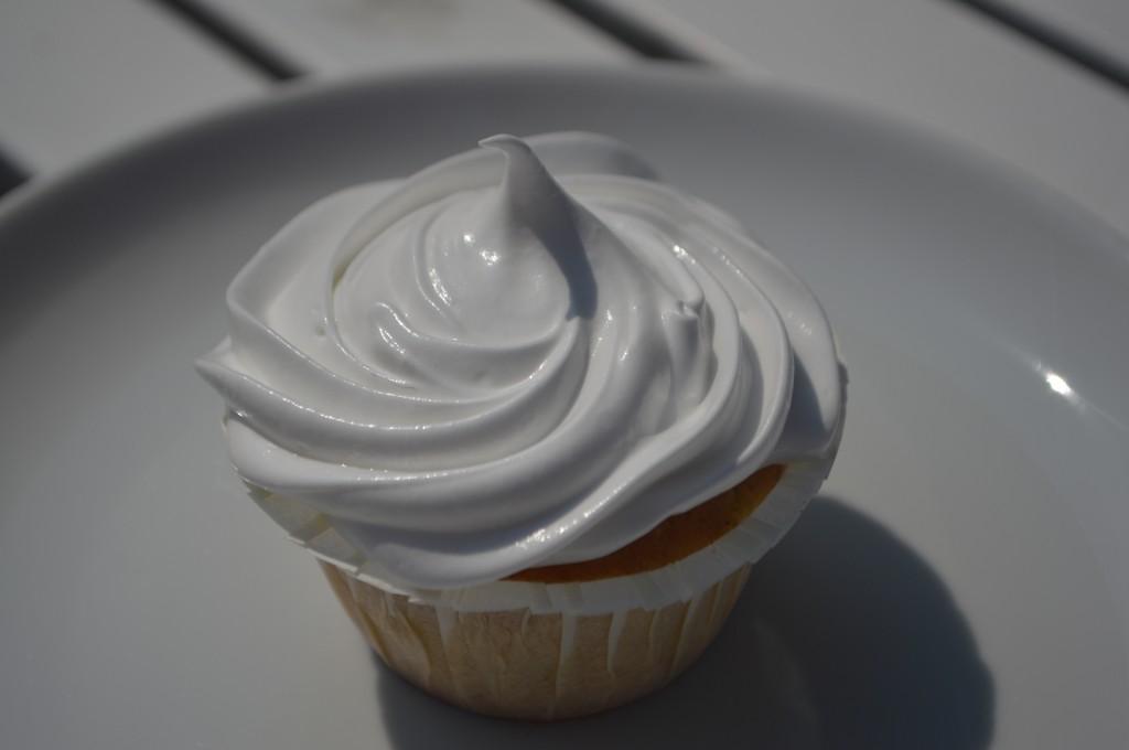 marengs frosting på cupcake