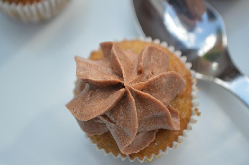 banan cupcakes med lys chokolade ganache frosting