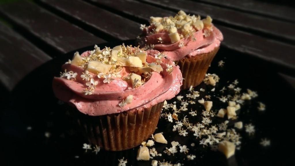 Juni cupcake med hvid chokolade rabarber jordbær og hyldeblomst 001