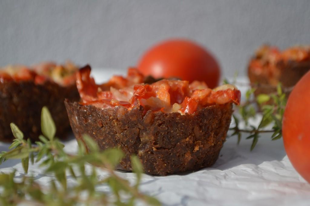 Rugbrødstærte med tomat