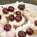 Pavlova Cupcake med kirsebær